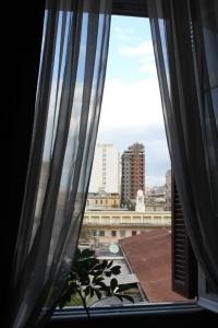 La finestra del soggiorno della casa di C. Kavafis in rue Lepsius n. 10, oggi a lui intitolata.