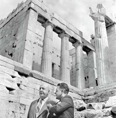 Foto di Dimitris Papadimos. Giorgos Katsimbalis e Lawrence Durrell fotografati al Partenone nel 1962.