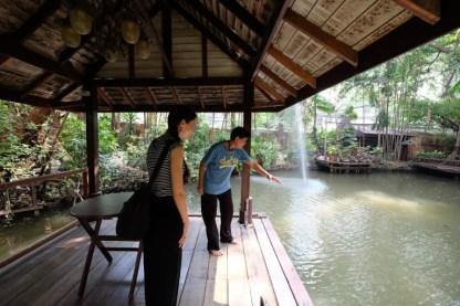 Kamsing mi mostra dove è affondata la barchetta di legno