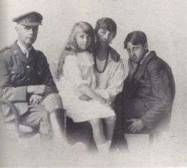 Orwell-Family-1916
