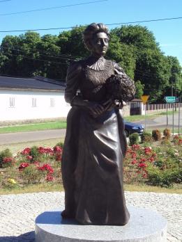 Elizabeth_von_Arnim_Monument_in_Buk