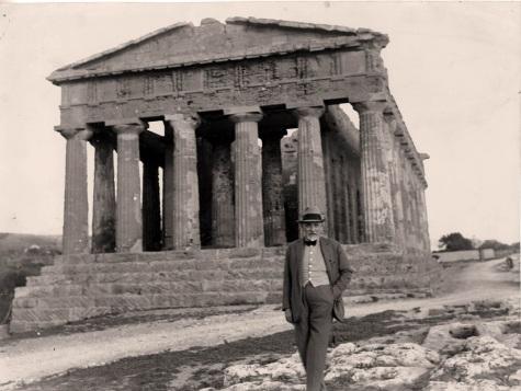 Luigi Pirandello e sullo sfondo il Tempo della Concordia, Agrigento 1934(archivio Soprintendenza), LG
